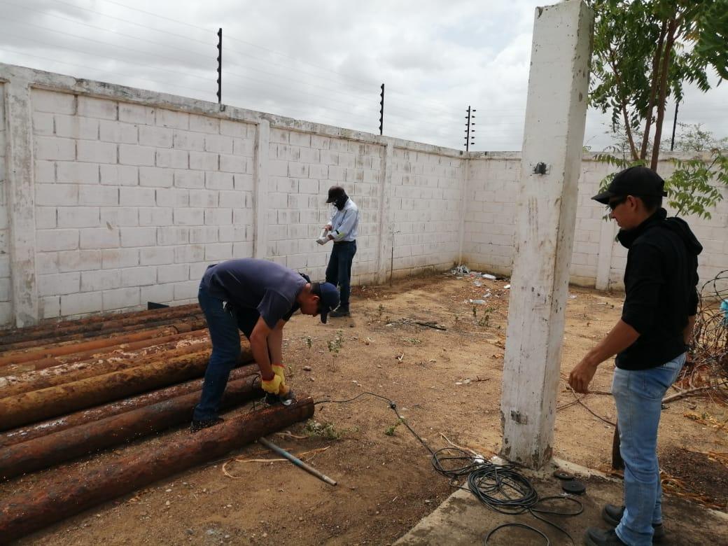 Técnicos de la empresa Aguas de la Península trabajando en el pozo Carraipía para el restablecimiento del servicio